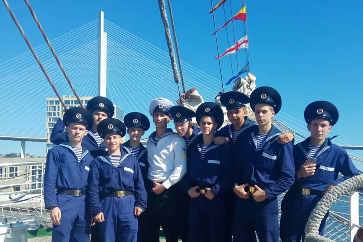 Freshmen of MTC visited sailboats of the Regatta